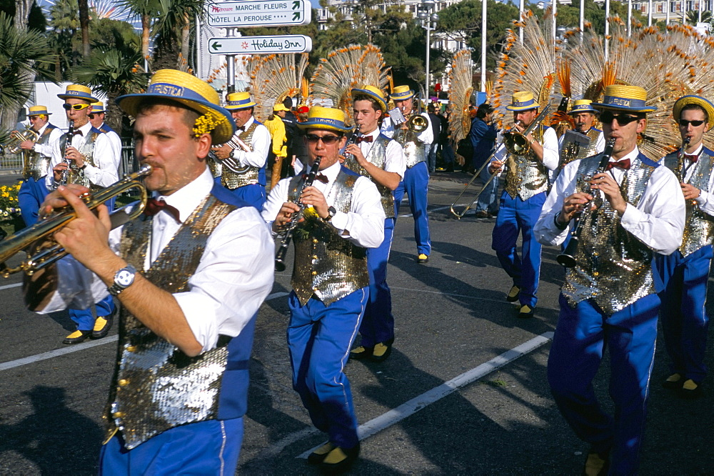 Musicians in the parade, Battle of the Flowers, Carnival, Promenade des Anglais, Nice, Alpes Maritimes, Provence, France, Europe
