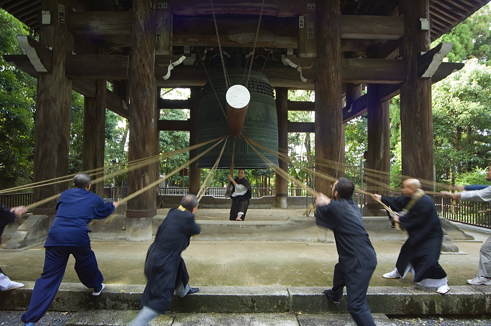 Monks pulling ropes of big bell, Chion in temple, eastern hills, Higashiyama, Kyoto, Japan, Asia