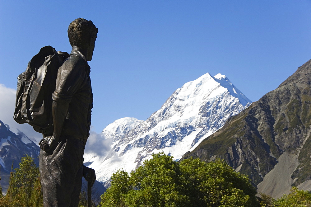 A statue of Sir Edmund Hillary, the first man to climb Mount Everest, in front of the Hermitage Hotel and Aoraki (Mount Cook), 3755m, the highest peak in New Zealand, Te Wahipounamu UNESCO World Heritage Site, Aoraki (Mount Cook) National Park, Southern Alps, Mackenzie Country, South Island, New Zealand, Pacific