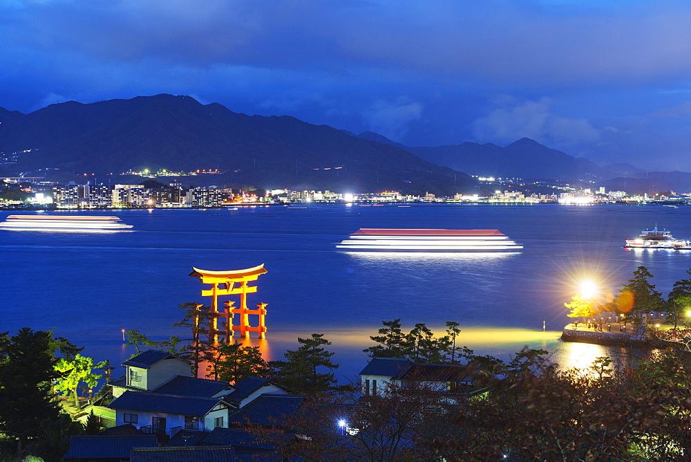Torii gate of Itsukushima jinja Shinto Shrine, UNESCO World Heritage Site, Miyajima Island, Hiroshima Prefecture, Honshu, Japan, Asia