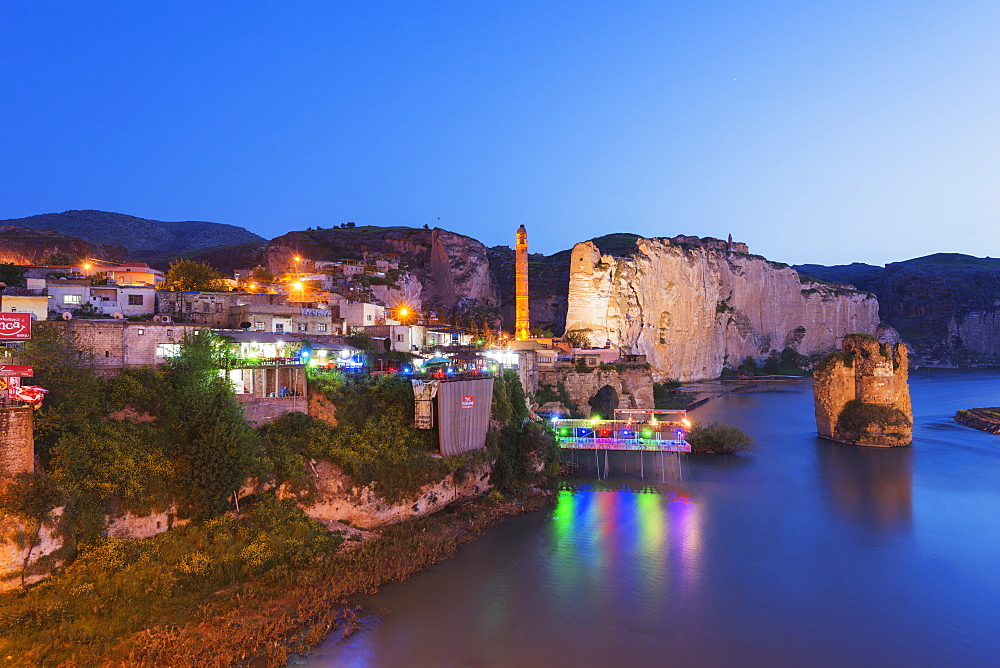 Hasankeyf, slated for flooding under the Tigris River Ilisu Dam project, Anatolia, Turkey, Asia Minor, Eurasia