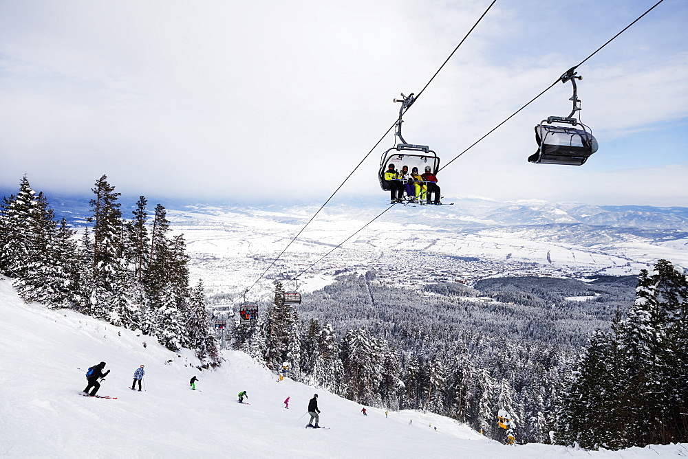 Europe, Bulgaria, Bansko resort, piste skiers