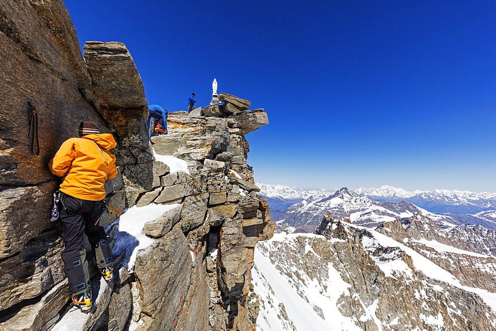 Climbers on Madonna summit 4059m, Grand Paradiso, Aosta Valley, Italian Alps, Italy, Europe
