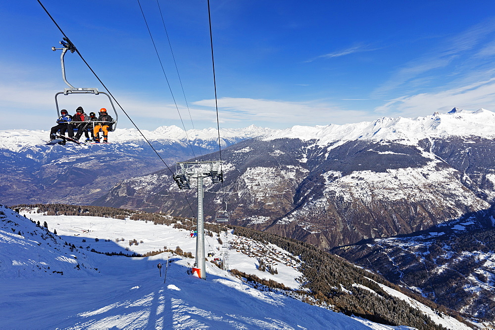 Skiers on a chair lift, Veysonnaz (Verbier), 4 Vallees, Valais, Swiss Alps, Switzerland, Europe