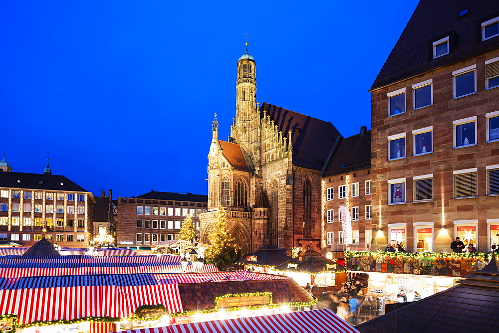 Nuremberg (Nurnberg) Christmas market in Market Square, Frauenkirche (Church of Our Lady), Nurnberg, Franconia, Bavaria, Germany, Europe
