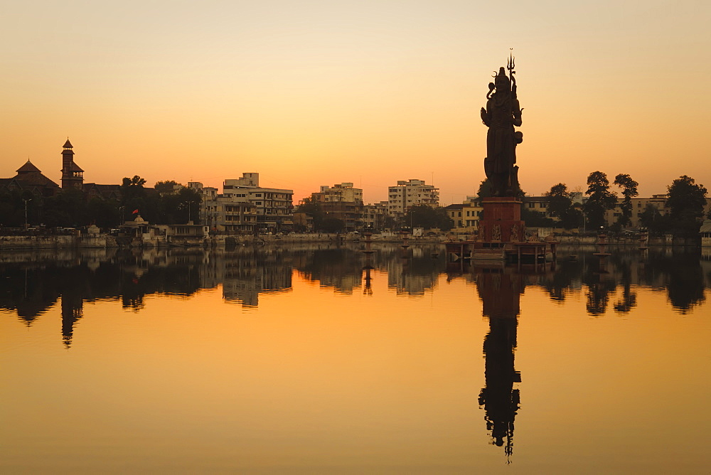 Statue of Shiva rising out of a Lake Sur Sagar in the centre of Vadodara, Gujarat, India, Asia - 734-204