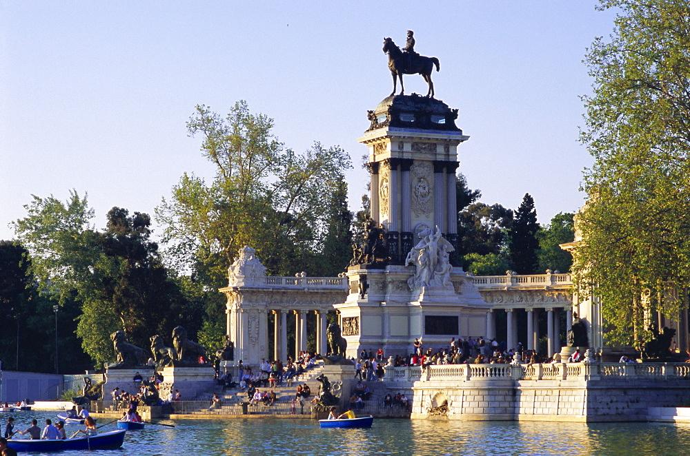Lake and monument at park, Parque del Buen Retiro (Parque del Retiro), Retiro, Madrid, Spain, Europe