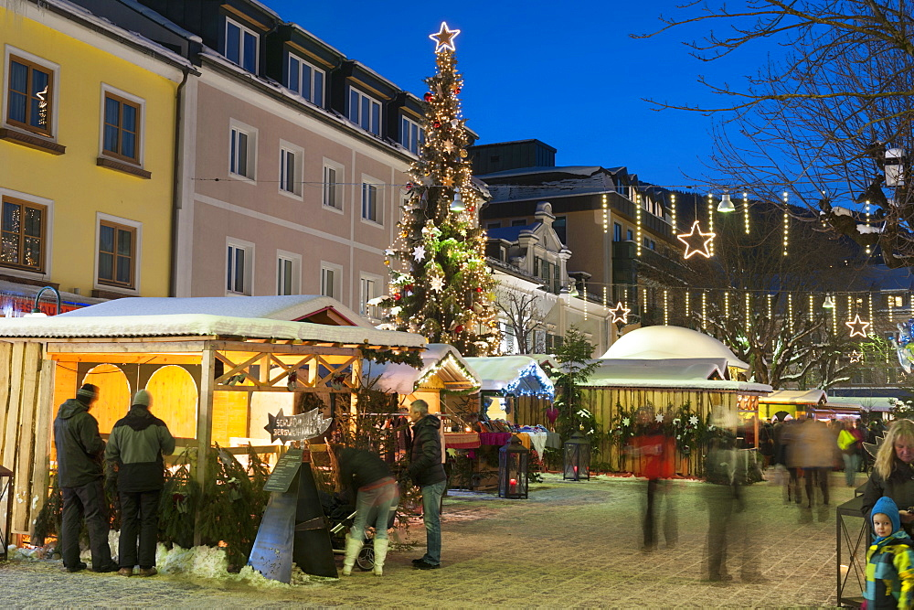 People at Christmas market, Haupt Square, Schladming, Steiemark, Austria, Europe  - 737-668