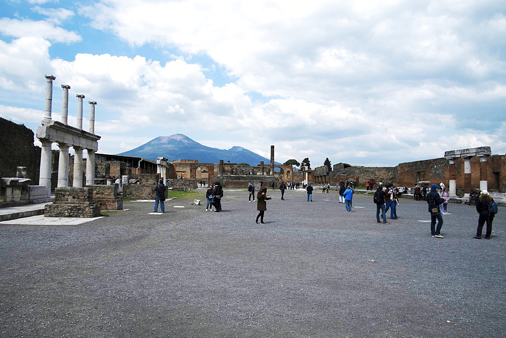 The forum of Pompeii with Mount Vesuvius in the background, Pompeii, UNESCO World Heritage Site, Campania, Italy, Europe