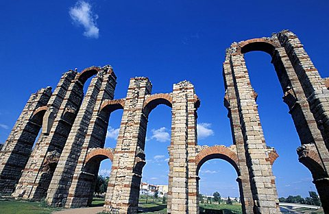 Roman aqueduct, Mèrida, Extremadura region, Spain, Europe