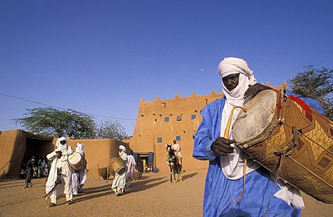 Tuareg man playing drums, Republic of Niger, West Africa, Africa