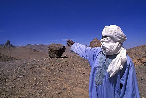 Algerian man in the desert, People's Democratic Republic of Algeria, North Africa, Africa