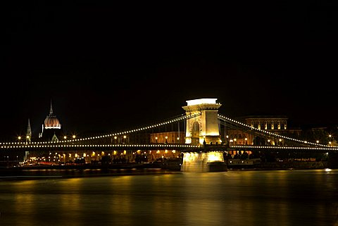 Szechenyi Chain bridge spans the Danube river between Buda and Pest, Hungary, Europe