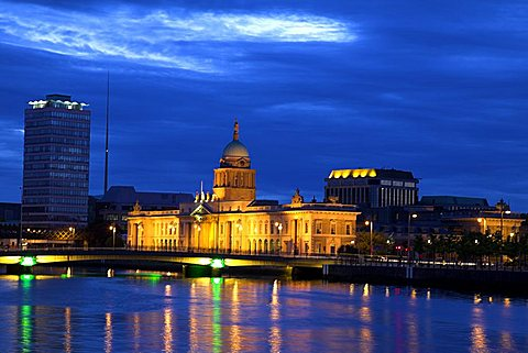 The Custom House at night, Dublin, Republic of Ireland, Europe