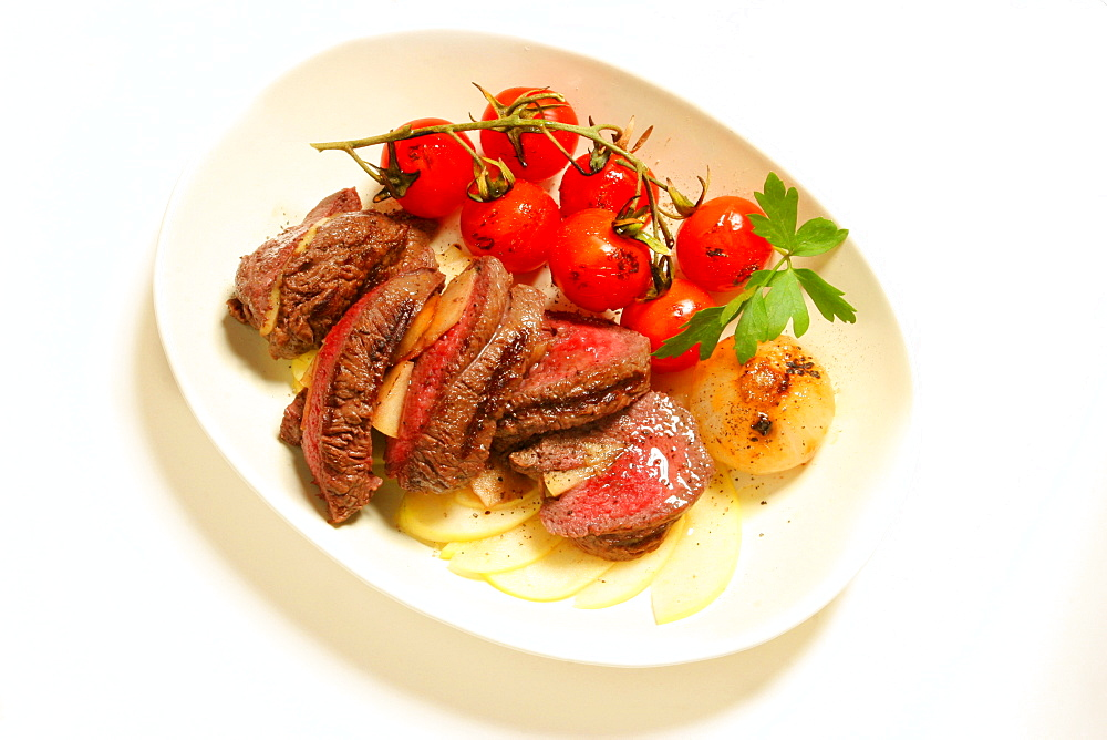 Filetto farcito con mele, apple stuffed steak and grilled tomato, Italy, Europe