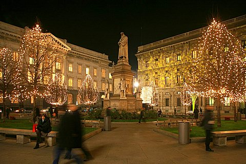Piazza Della Scala square and Leonardo da Vinci monument, Milan, Lombardy, Italy, Europe