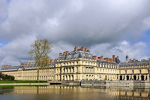 The Palace of Fontainebleau and Etang de Carpes, Seine-et-Marne, Ile-de-France, France, Europe