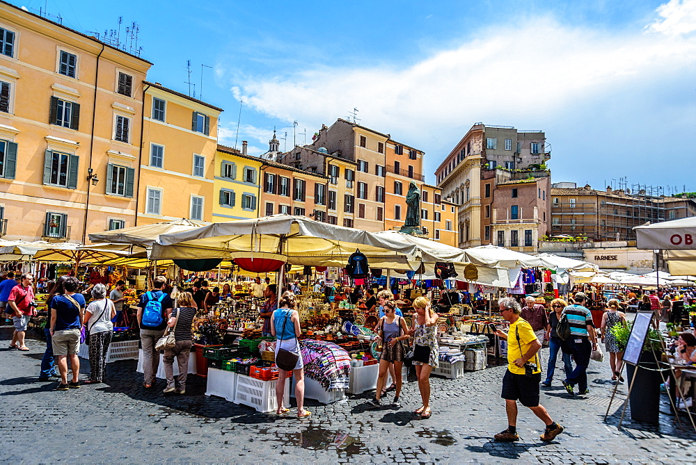 Campo dé Fiori square, daily market with the statue of Giordano Bruno in the background, Rome, Lazio, Italy, Europe