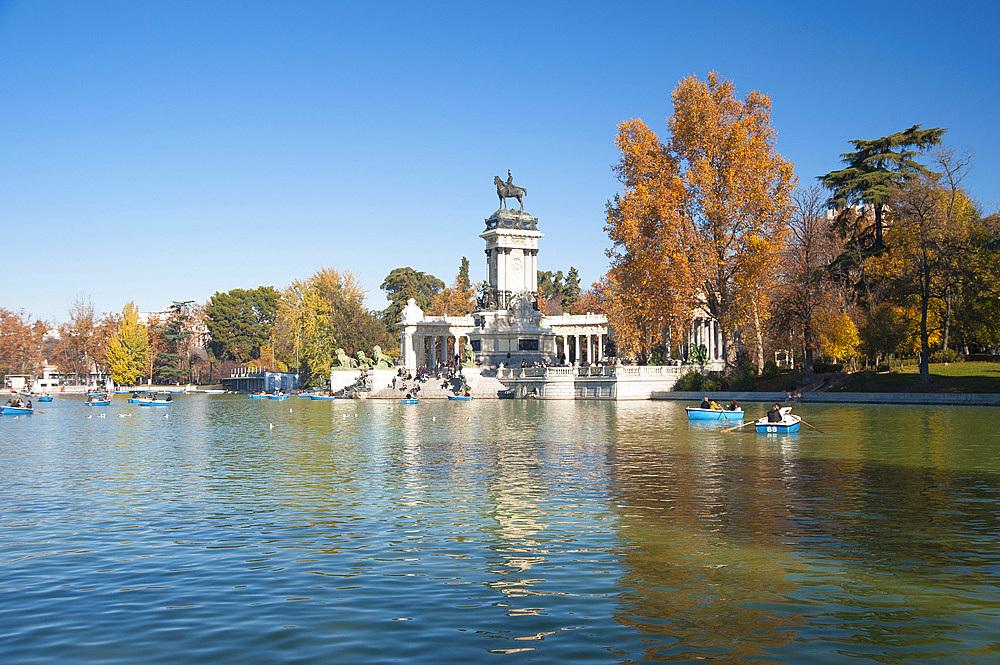 Swing to Estanque grande del Retiro, Parco del Buen Retiro, Madrid, Spain, Europe