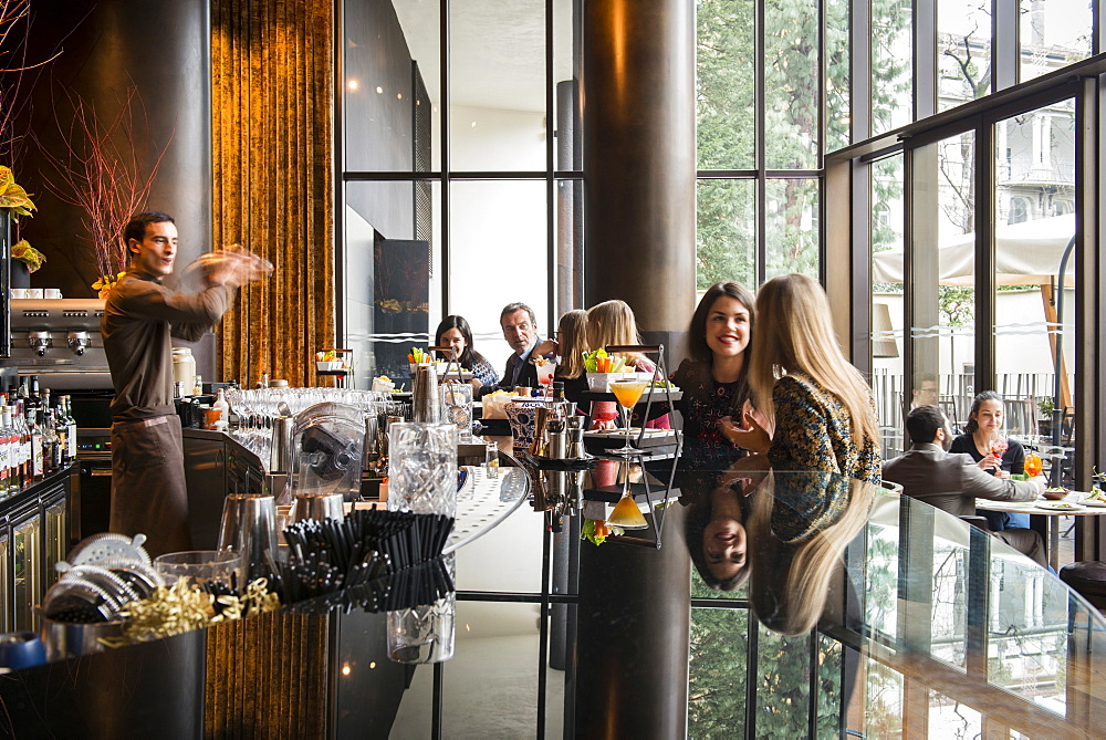 Inside Il Bar at Bulgari Hotel during the aperitivo time. Hotel Bulgari, Milan, Lombardy, Italy, Europe