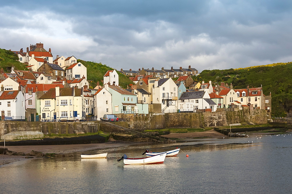 Harbour wall and the village of Staithes, North Yorkshire National Park, Yorkshire, England, United Kingdom, Europe
