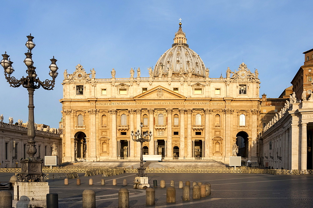 St. Peters and Piazza San Pietro in the early morning, Vatican City, UNESCO World Heritage Site, Rome, Lazio, Italy, Europe