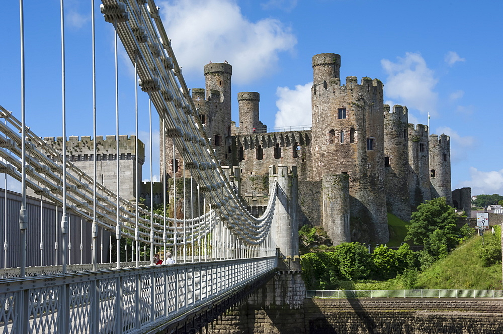 Suspension Bridge, built by Thomas Telford and opened in 1826, and Conwy Castle, UNESCO World Heritage Site, Conwy (Conway), Conway County Borough, North Wales, United Kingdom, Europe