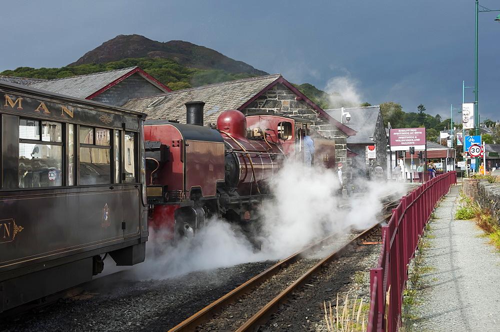 Narrow gauge Blaenau Ffestiniog railway station at Porthmadog, train leaving, Llyn Peninsular, Gwynedd, Wales, United Kingdom, Europe - 747-1879