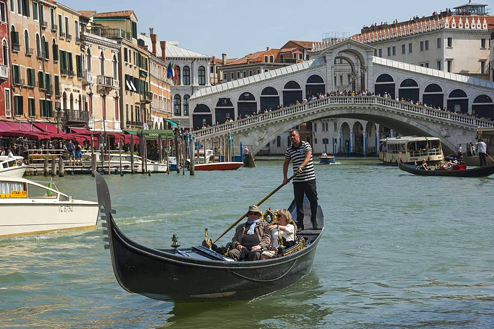 Rialto Bridge and gondola on the Grand Canal, Venice, UNESCO World Heritage Site, Veneto, Italy, Europe