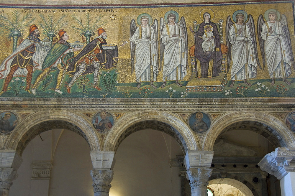 Mosaic depicting the Three Kings bringing gifts to the Holy Child, 6th century basilica di Sant'Apollinare Nuovo, UNESCO World Heritage Site, Ravenna, Emilia-Romagna, Italy, Europe
