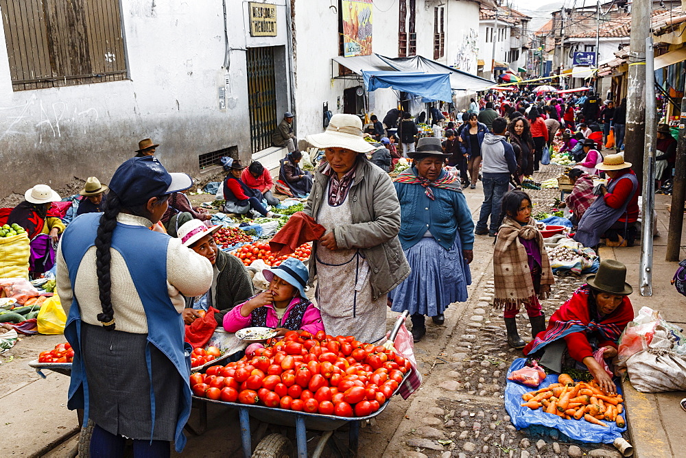 Outdoor vegetable and fruit market, Cuzco, Peru, South America