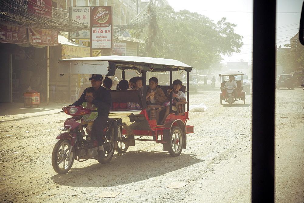 Tuk Tuk ride on a dusty road, Phnom Penh, Cambodia, Indochina, Southeast Asia, Asia