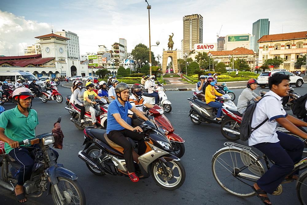 Busy traffic near Ben Thanh Market, Ho Chi Minh City (Saigon), Vietnam, Indochina, Southeast Asia, Asia