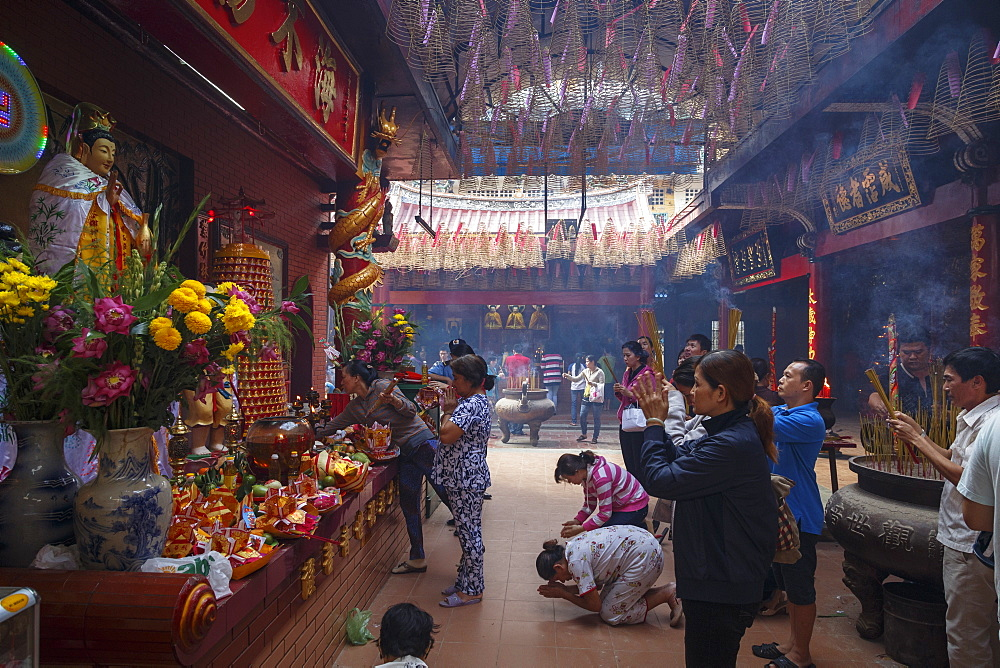 People praying at Quan Am Pagoda in Cholon (Chinatown), Ho Chi Minh City (Saigon), Vietnam, Indochina, Southeast Asia, Asia
