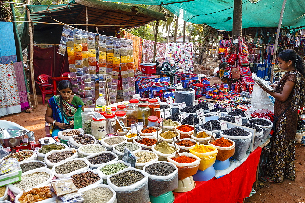 Spice shop at the Wednesday Flea Market in Anjuna, Goa, India, Asia - 749-2043