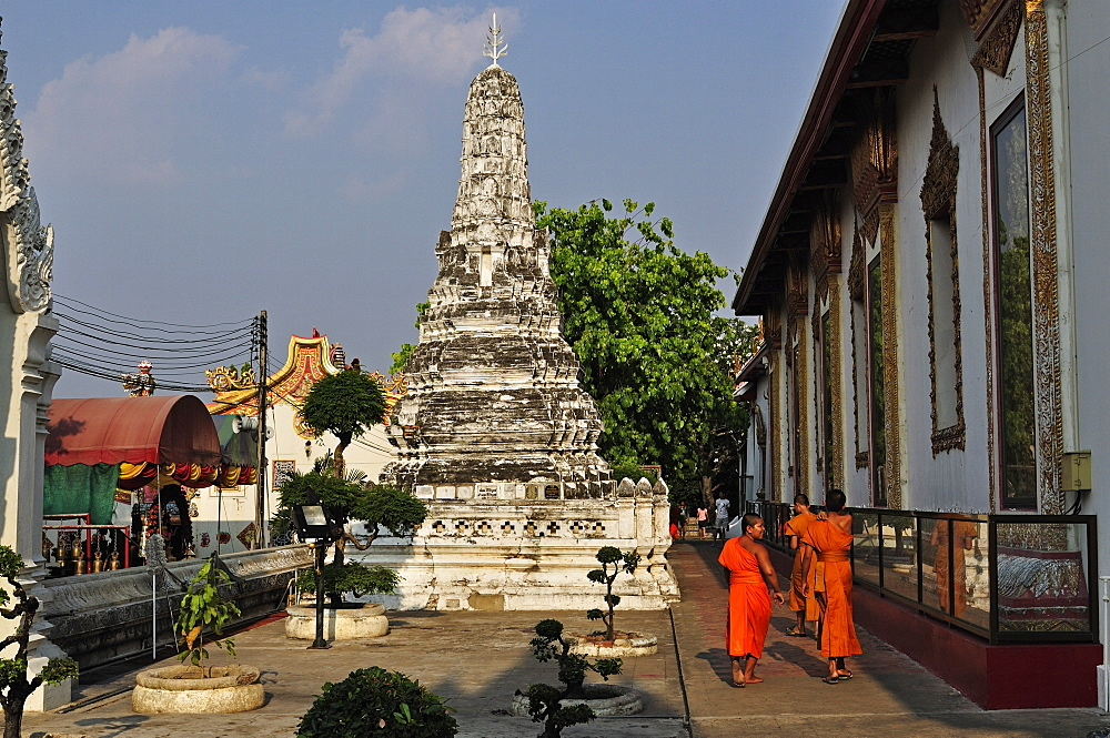 Stupa (chedi) and monks, Wat Phanan Choeng, Ayutthaya, UNESCO World Heritage Site, Thailand, Southeast Asia, Asia