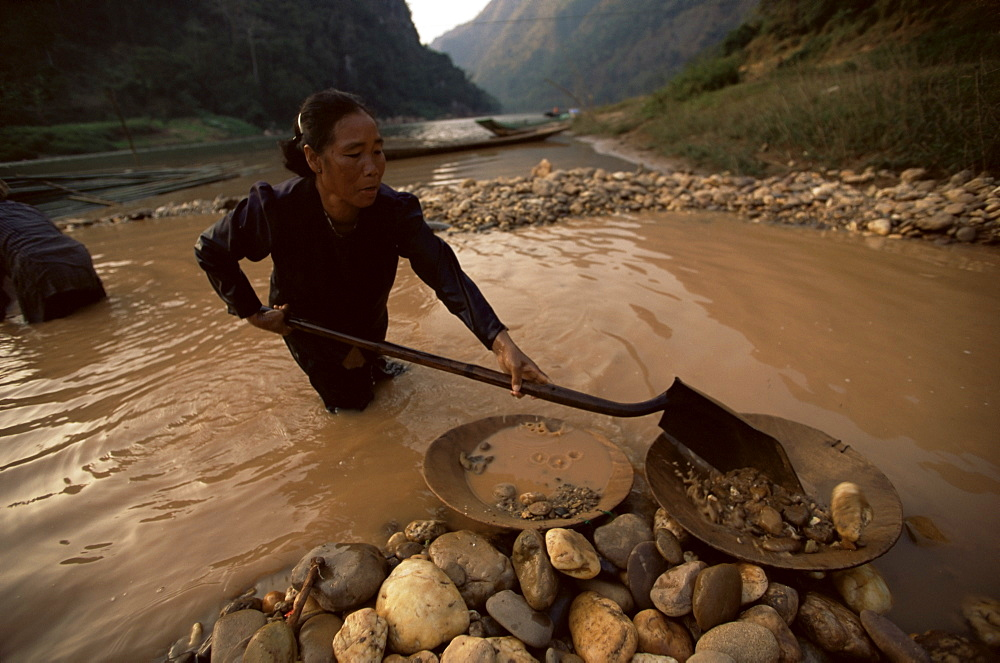 Gold panning, Nong Kiew, River Nam Ou, Laos, Indochina, Southeast Asia, Asia