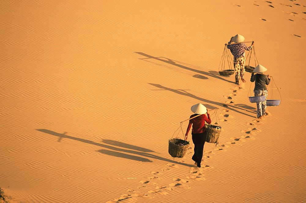 Porters, Mui Ne, Vietnam, Indochina, Southeast Asia, Asia