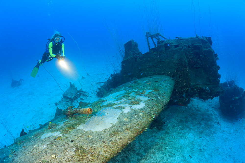 Diver and anti aricraft armament at Bomber near to USS Saratoga, Marshall Islands, Bikini Atoll, Micronesia, Pacific Ocean