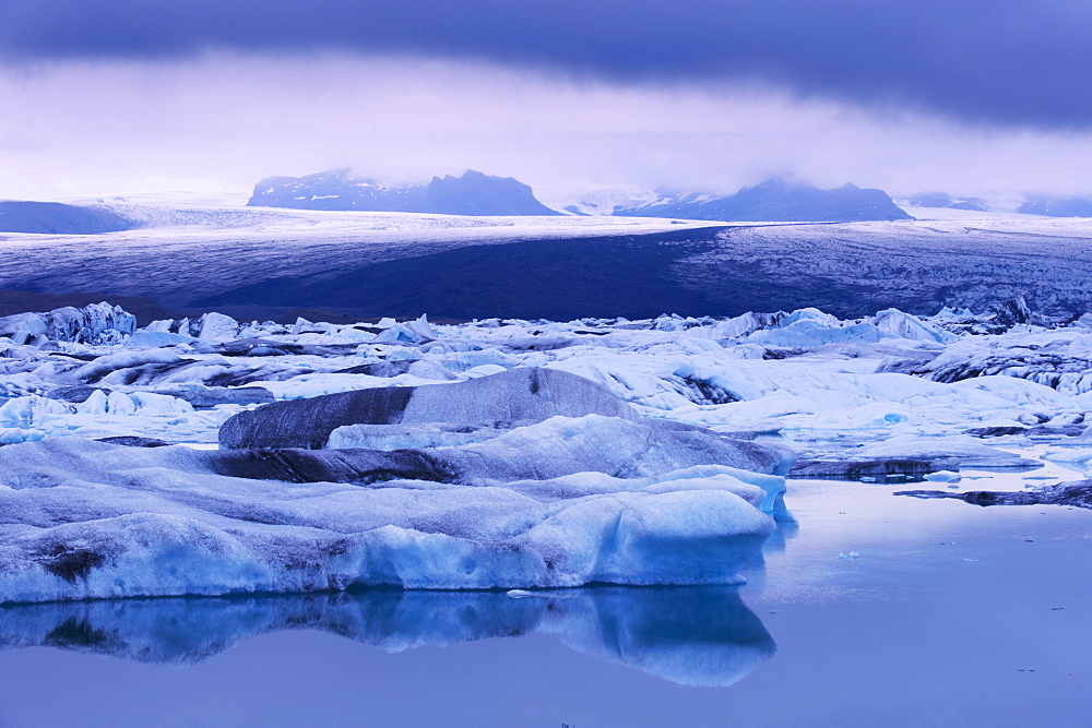 Jokulsarlon glacial lagoon beneath Breidarmerkurjokull (Vatnajokull) glacier which feeds it, south-east Iceland (Austurland), Iceland, Polar Regions - 770-1689