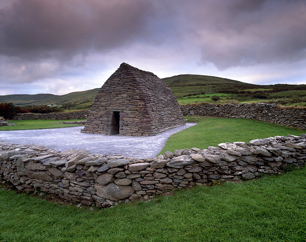 Gallarus Oratory, dry stone cell in perfect state, early Irish Christianiity dating from between the 6th and 9th centuries, Ballynana, Dingle peninsula, County Kerry, Munster, Republic of Ireland, Europe