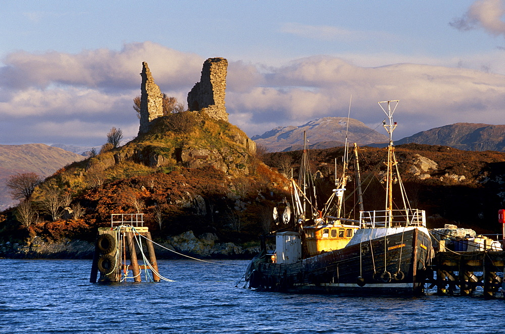 Ruins of Castle Moil and fishing harbour at Kyleakin, Skye, Inner Hebrides, Highland region, Scotland, United Kingdom, Europe - 770-872