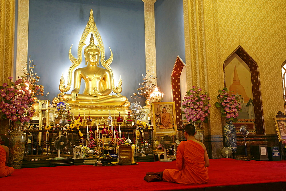Monk praying and giant golden statue of the Buddha, Wat Benchamabophit (Marble Temple), Bangkok, Thailand, Southeast Asia, Asia