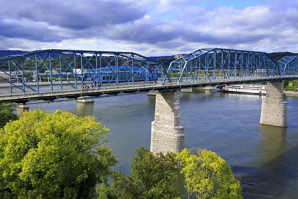 Walnut Street pedestrian bridge over the Tennessee River, Chattanooga, Tennessee, United States of America, North America
