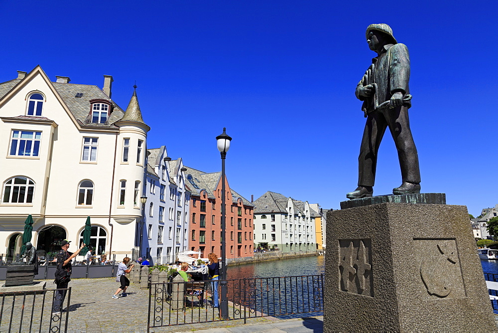 Fisherman sculpture in Apoteker Square, Alesund City, More og Romsdal County, Norway, Scandinavia, Europe