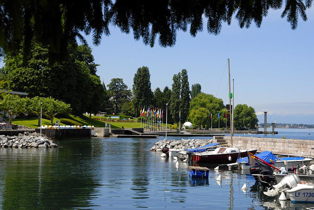 Marina, Quai Baron de Blonay, Evian-les Bains, Lake Geneva (Lac Leman), Haute-Savoie, France, Europe
