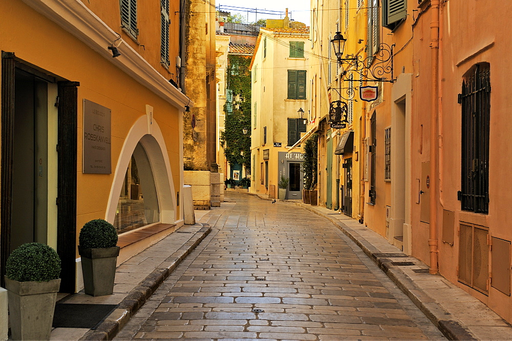 Narrow back street, St. Tropez, Var, Provence, Cote d'Azur, France, Europe