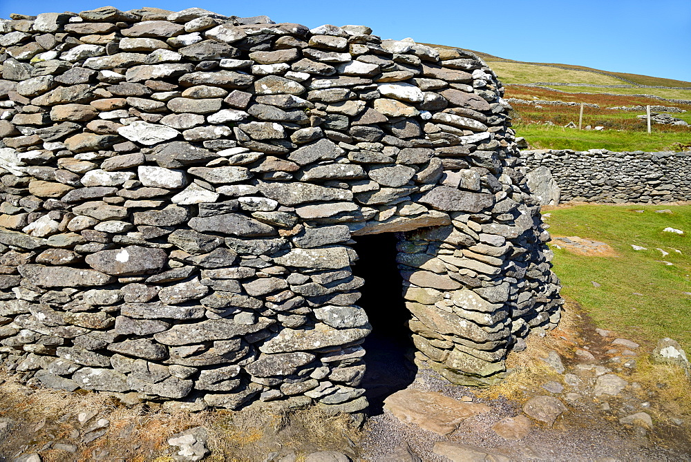 Beehive huts, Fahan, Slea Head Drive, Dingle Peninsula, Wild Atlantic Way, County Kerry, Munster, Republic of Ireland, Europe - 792-853