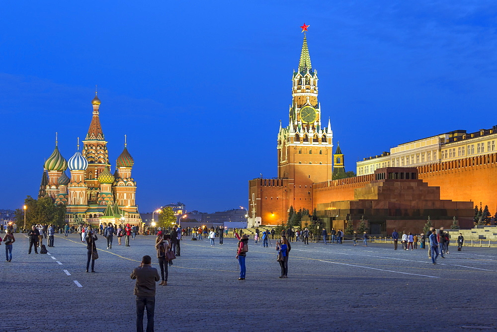St. Basils Cathedral and the Kremlin in Red Square, UNESCO World Heritage Site, Moscow, Russia, Europe