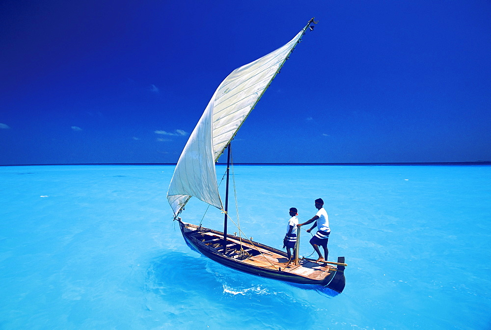 Sailing with traditional dhoni, North Male Atoll, Maldives, Indian Ocean, Asia - 795-103